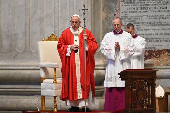 البابا فرانسيس وسيد الاحتفالات الليتورجية البابوية يقودون قداس أحد الشعانين