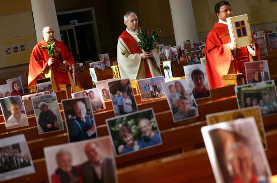 الكاهن يواكيم جيزلر خلال القداس بوسط صور الحضور بالمانيا