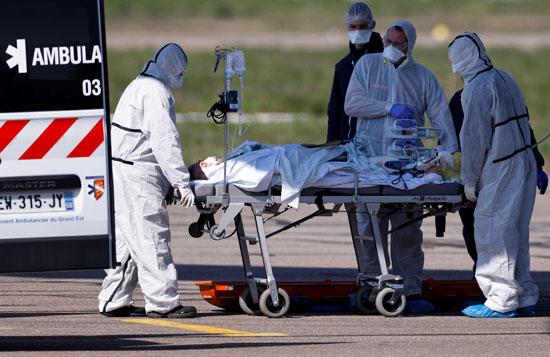 تجهيز مرضى فيروس كورونا بفرنسا لطائرة عسكرية