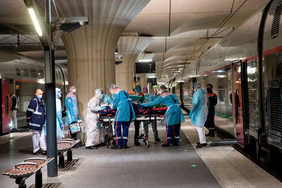خلال نقل أحد مصابى فيروس كورونا بالقطار
