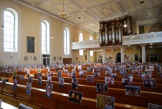 صور الحضور بالكنيسة بألمانيا