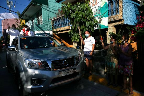 جانب من مباركة الكاهن للفلبينيين فى الشوارع