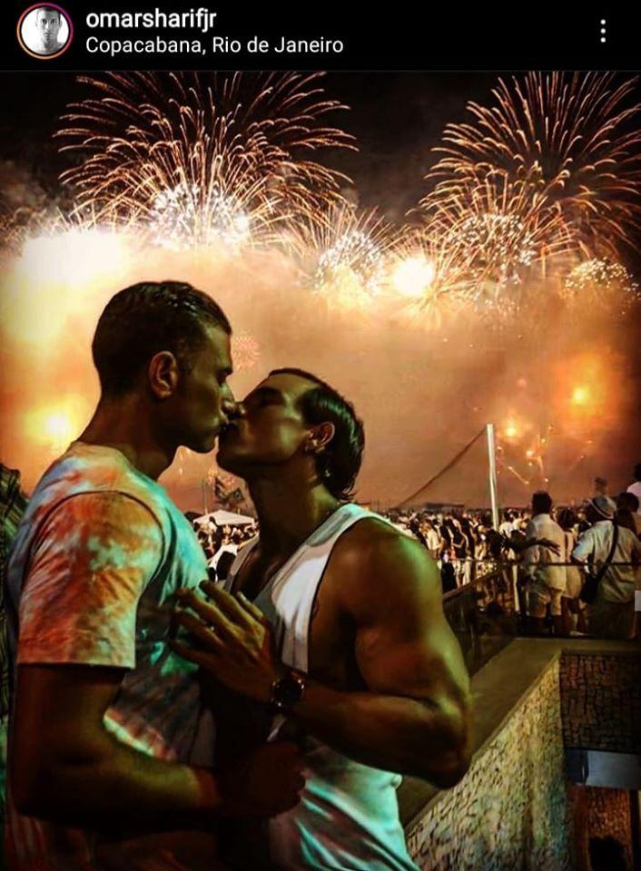 حفيد عمر الشريف يقبل صديقه