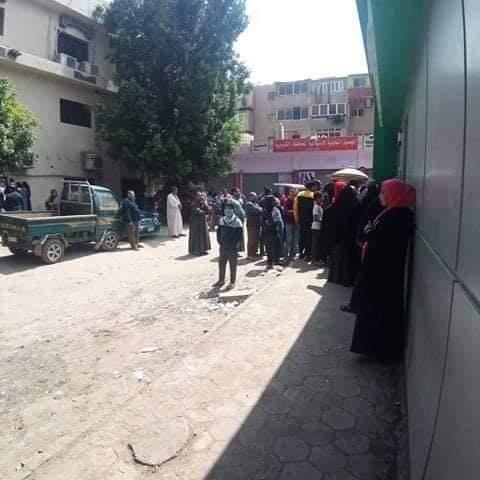 زحام المواطنين أمام سنترال بيجام (4)