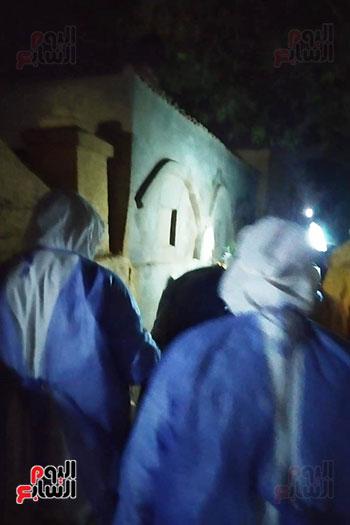 فريق-طبي-يشرف-على-دفن-جثة-المتوفي-بفيروس-كورونا