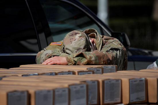 استراحة أحد أفراد الجيش الأمريكى