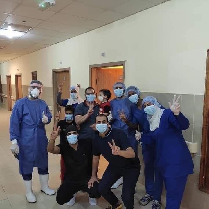احتفال مستشفى العزل فى أسوان بخروج أسرة