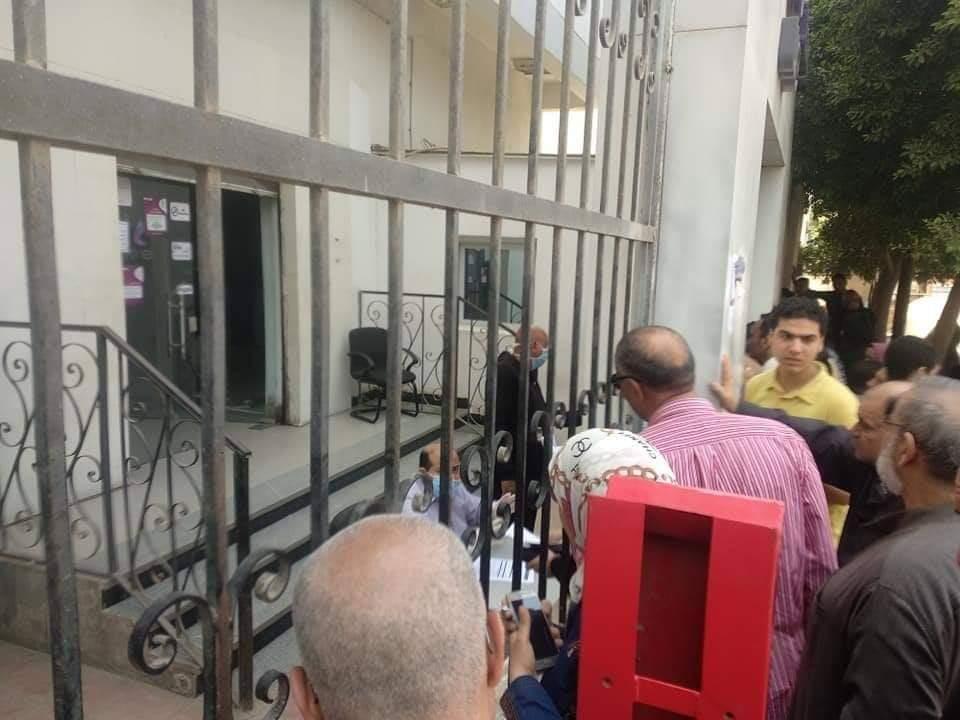 زحام المواطنين أمام سنترال بيجام (7)