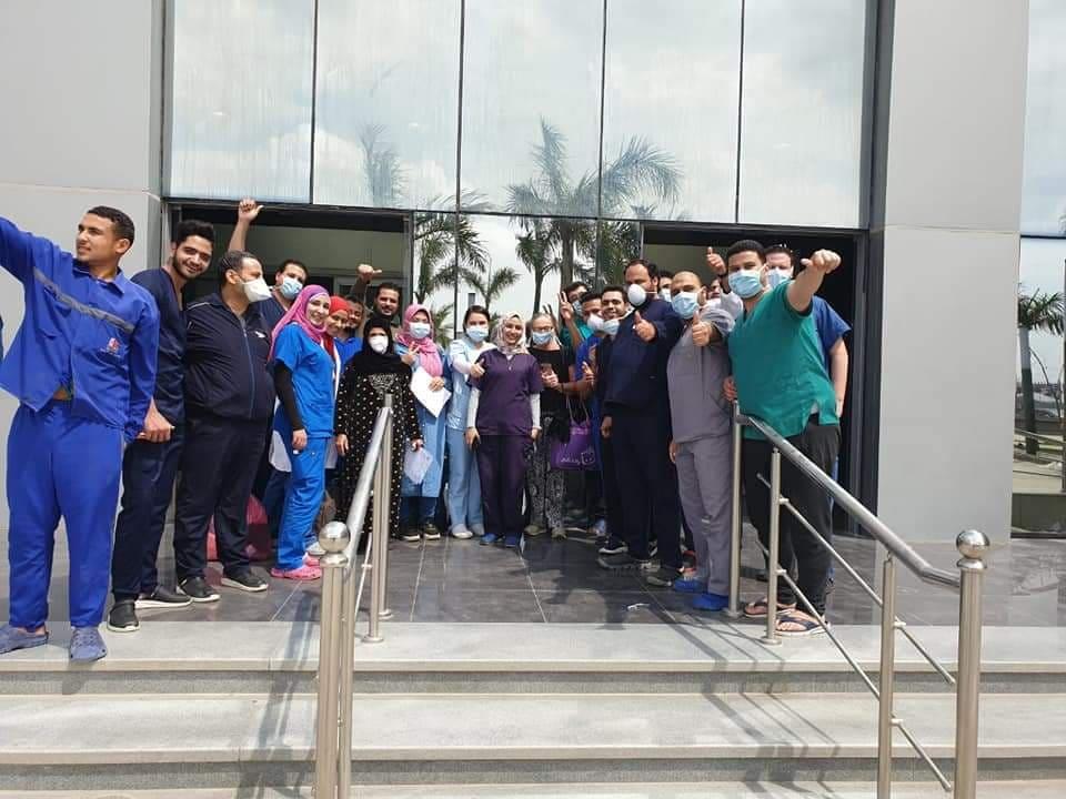 الطاقم الطبى بمستشفى الحجر بأبو خليفة يحتفل بخروج 9 حالات بعد شفائهم من كورونا (1)