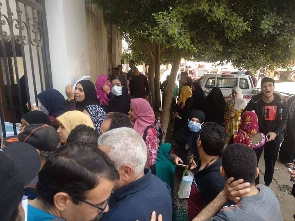 زحام المواطنين أمام سنترال بيجام (6)