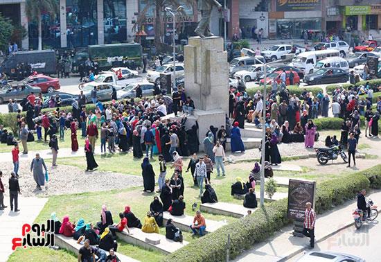 تجمع المواطنين أمام البنك الاهلى بسفنكس