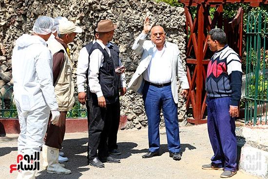 الدكتور محمد رجائى  ر ئيس حدائق الحيوان يتابع اعمال التطهير بيحوان الجيزة