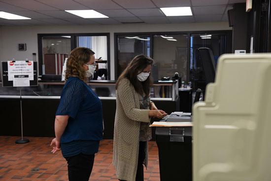 الناخبون يدلون بأصواتهم خلال الانتخابات التمهيدية