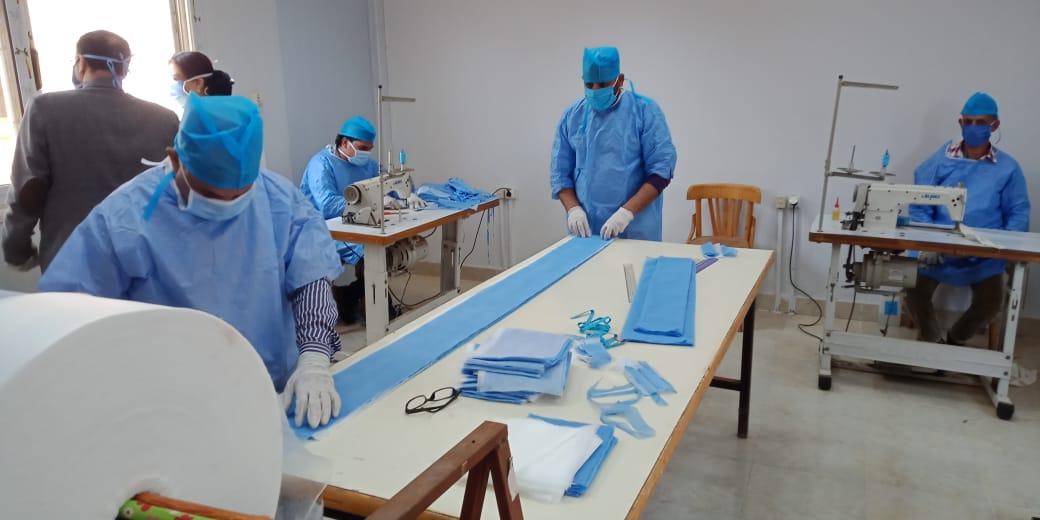 العمل بورشة انتاج الكمامات