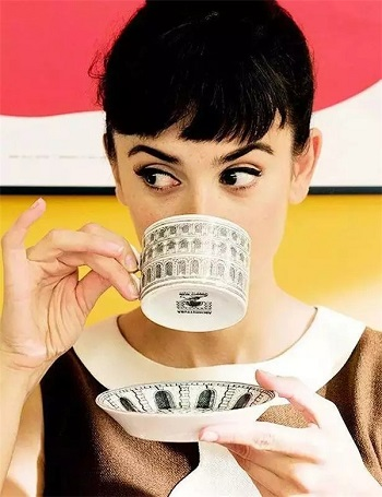 بروز الخنصر أثناء شرب الشاي