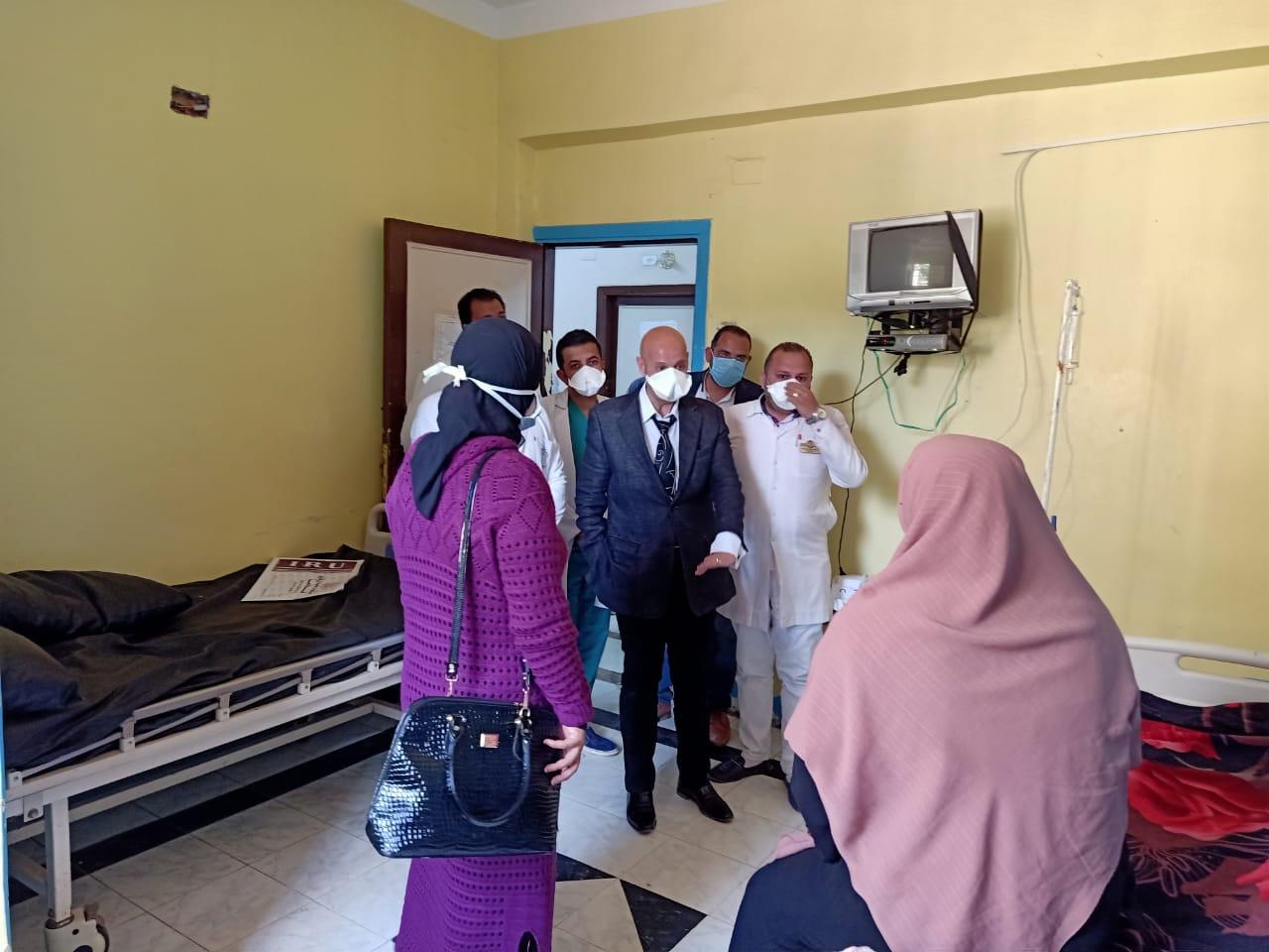 جانب من جولة وكيل وزارة الصحة بمستشفى الحميات (4)
