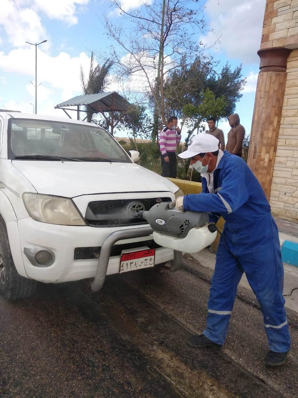 رش وتطهير السيارات بمدخل مرسى مطروح