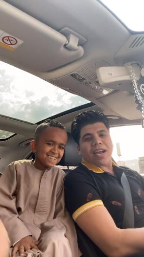 عمر كمال مع طفل اسوان