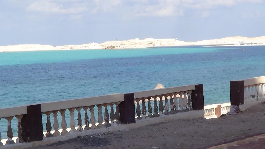 محافظ مطروح يناشد المواطنين بعدم الخروج للشواطئ