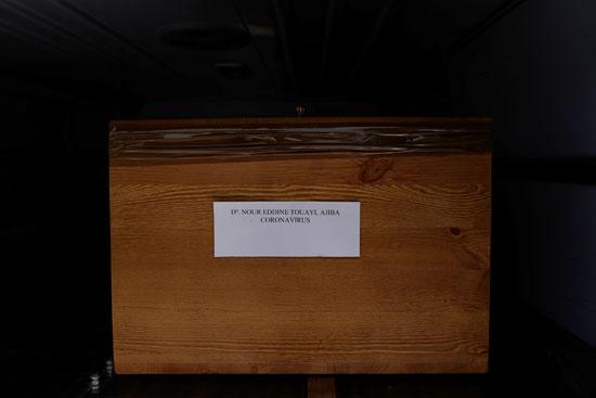 تابوت يحمل اسم المتوفى داخله