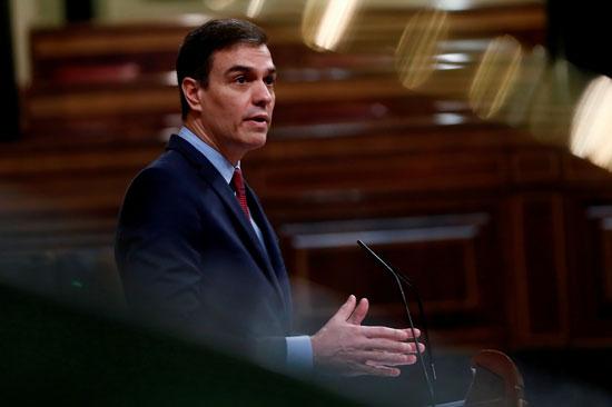 رئيس الوزراء الإسباني بيدرو سانشيز يلقي خطابه خلال جلسة حول كورونا