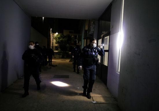 الشرطة تتجول بحثا عن مخالفى الحظر