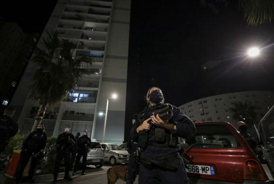 الشرطة الفرنسية تنتشر لتطبيق حظر التجول