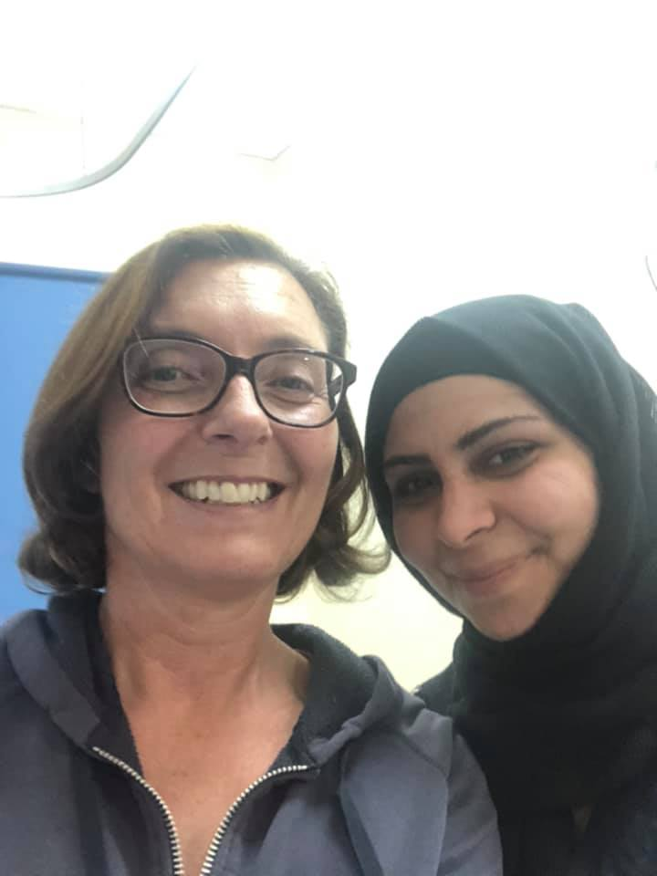 صورة تجمع السائحة السويدية مع إحدى الممرضات