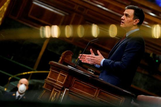 رئيس الوزراء الإسباني سانشيز يتحدث خلال جلسة حول كورونا في البرلمان بمدريد