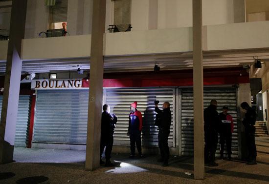 رجال الشرطة فى فرنسا يعتقلون مخالفى الحظر