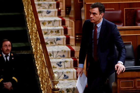 رئيس الوزراء الإسباني سانشيز يغادر مقعده في البرلمان في مدريد