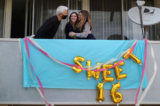 الفتاة-تحتفل-بعيد-ميلادها-وسط-والدها-ووالدتها