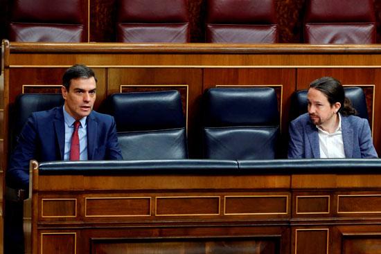 رئيس الوزراء الإسباني سانشيز بان والنائب الثاني لرئيس الوزراء إجليسياس يتحدثان عن الحفاظ على التباعد الاجتماعي