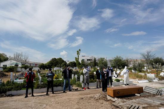الصلاة على أحد الضحايا فى مقابر اسبانيا