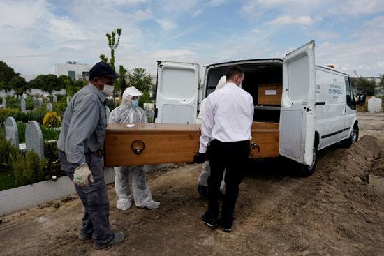 أشخاص يحملون جثمان أحد الضحايا