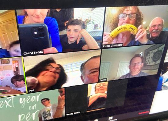 عائلة-تجتمع-عبر-الفيديو-كونفرانس-للاطمأنان-على-بعضهم
