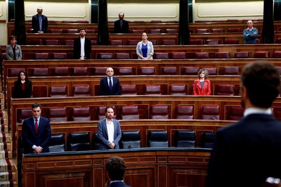 يقف رئيس الوزراء الإسباني بيدرو سانشيز ونوابه خلال دقيقة حداد