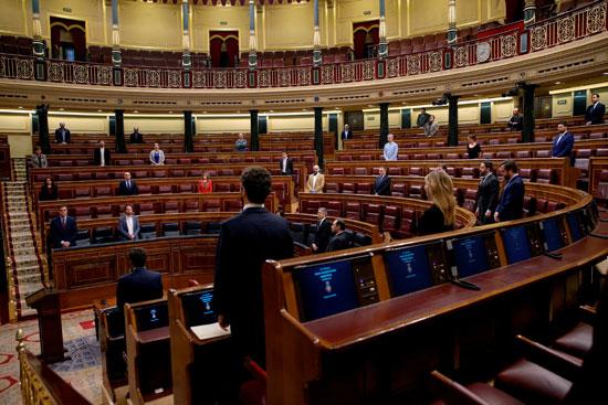 يقف رئيس الوزراء الإسباني بيدرو سانشيز ونوابه دقيقة صمت في بداية الجلسة