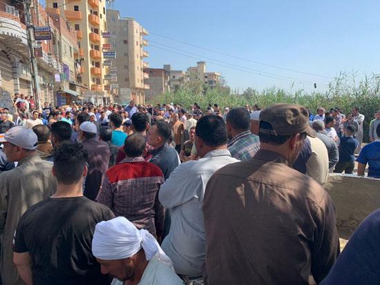 آلاف يشيعون جثمان شهيد سيناء فى جنازة عسكرية (5)