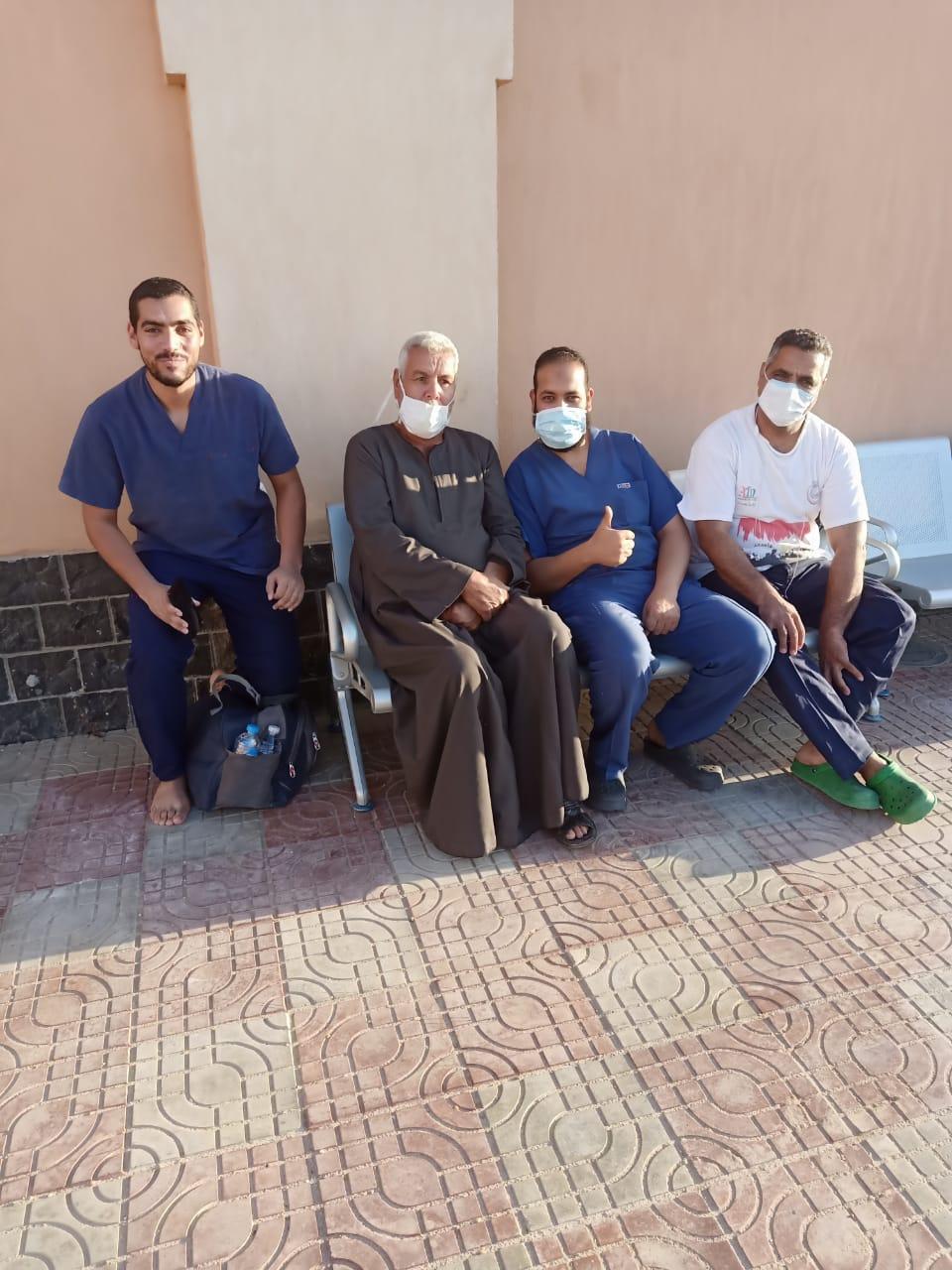 مستشفى عزل ملوي تحتفل بخروج 14 حالة بعد تعافيهم من فيروس كورونا (1)