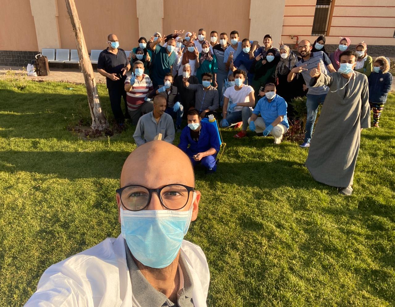 مستشفى عزل ملوي تحتفل بخروج 14 حالة بعد تعافيهم من فيروس كورونا (3)