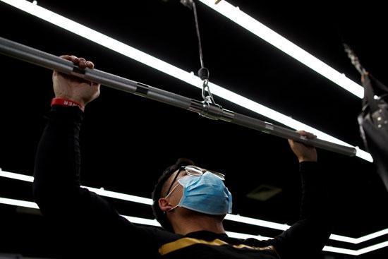 يؤدى التمارين فى إحدى الصالات الرياضية فى بكين