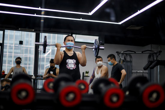 رجل يؤدى التمارين فى بكين