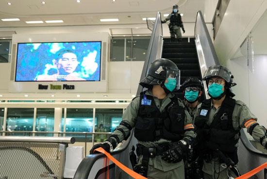 أفراد الشرطة فى هونج كونج يستعدون لفض التظاهرات