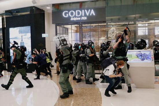 جانب من الاشتباكات بين الشرطة والمحتجين