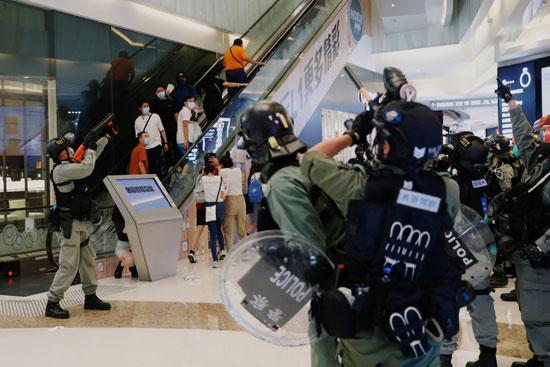 الشرطة تحاول فض الاحتجاجات