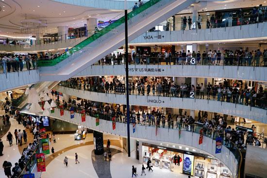 جانب من المشهد بأحد مراكز التسوق فى هونج كونج