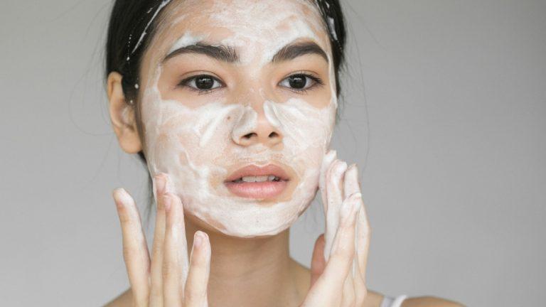 تنظيف الوجه