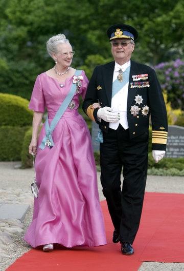 الملكة مارجريت والأمير هنريك في زفاف الأمير جواكيم وماري كافاليير في الدنمارك .