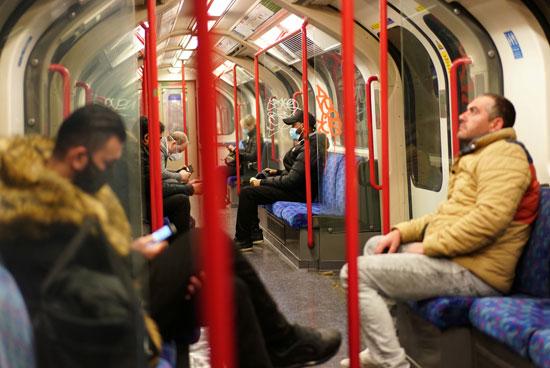 رجل لايلتزم بإرتداء الكمامة داخل المترو